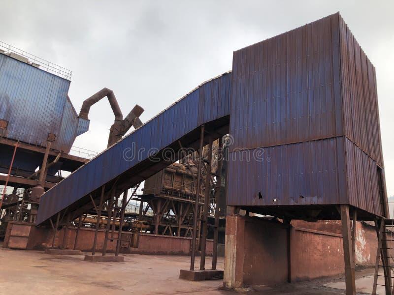 Blåa askar i övergav fabriker royaltyfri foto