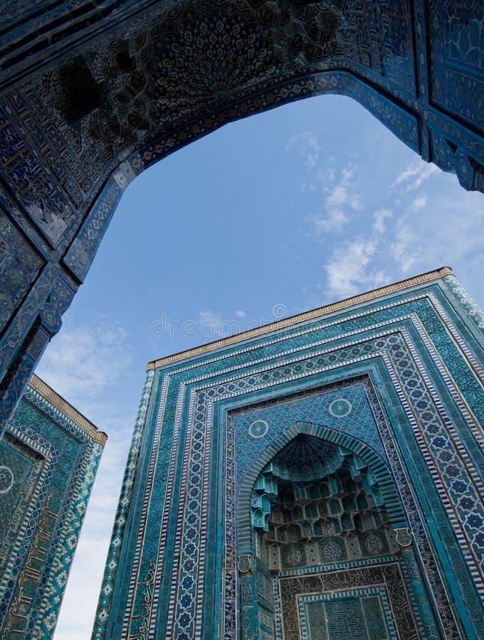 Blåa belade med tegel facades av Shahi-Zinda arkivbilder