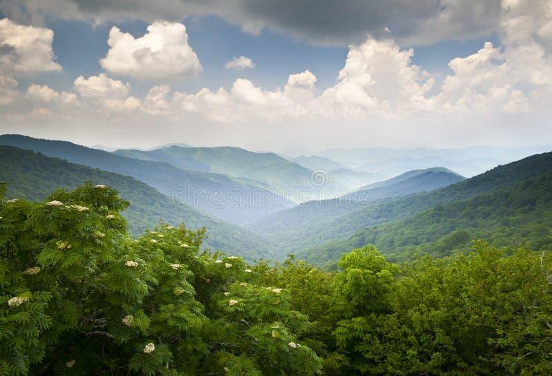 blåa berg förbiser scenisk wnc för gångallékanten royaltyfria bilder
