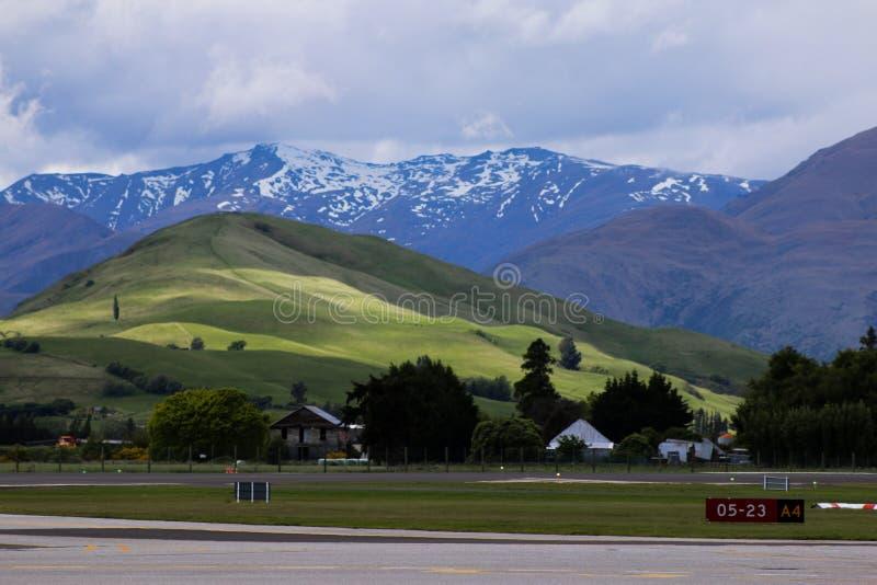 Blåa berg i Nya Zeeland arkivbilder