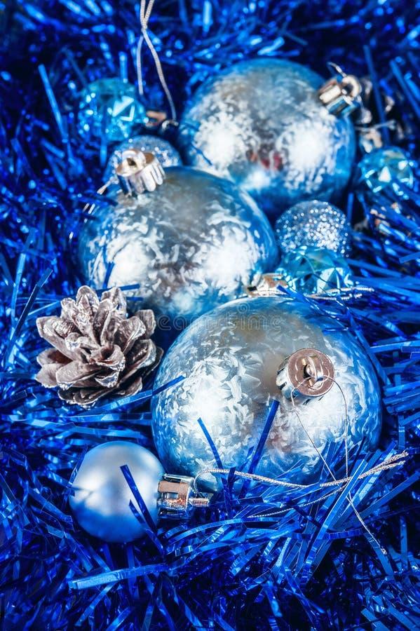 Blåa blanka julbollar royaltyfri bild