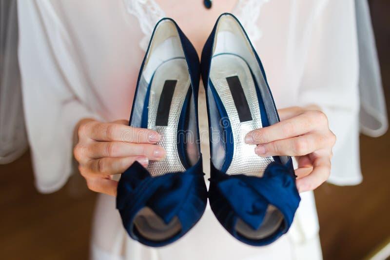 Blåa brudskor royaltyfria bilder