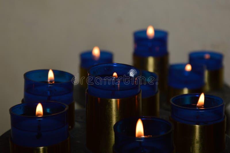 Blåa Candels i en lilla Chuch arkivbilder