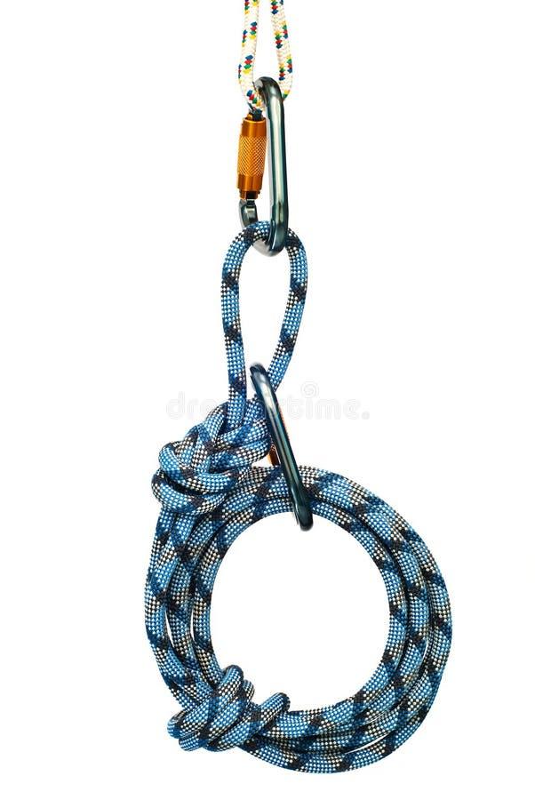 blåa carabiners som klättrar utrustningrepet arkivfoto