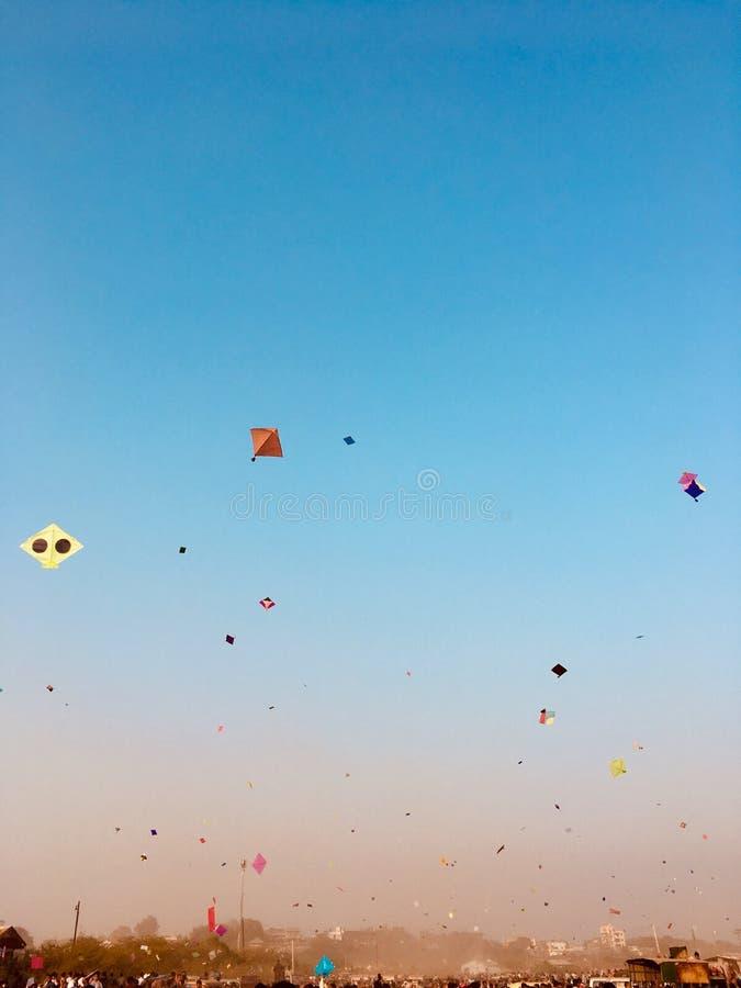 Blåa colourfully drakar för himmel arkivfoton