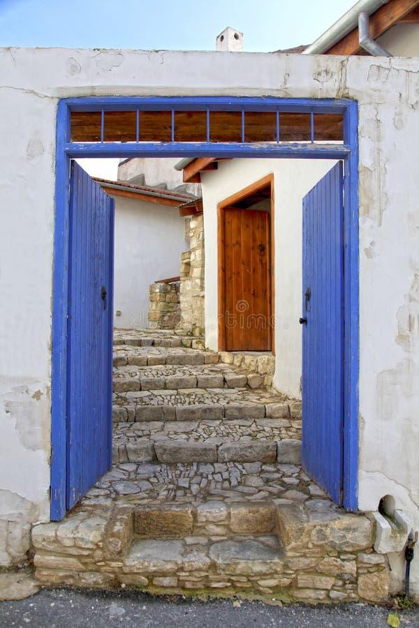 Blåa dörr- och stenmoment i den gamla byn av Laneia, Limassol royaltyfri bild