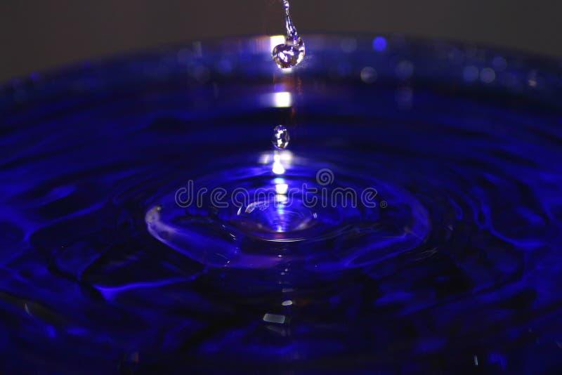 blåa droppar pool plaska vatten royaltyfri fotografi