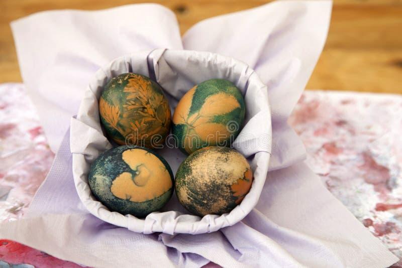 Blåa easter ägg i korg arkivbilder