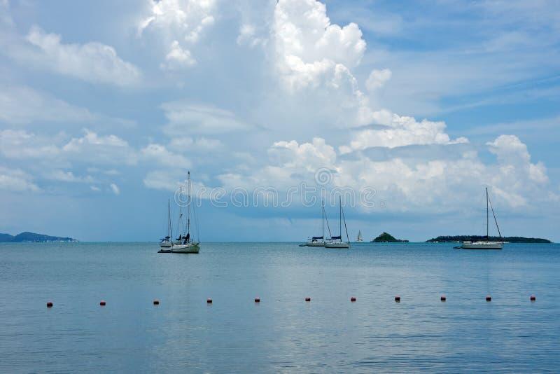 blåa fartyg seglar havet royaltyfria foton