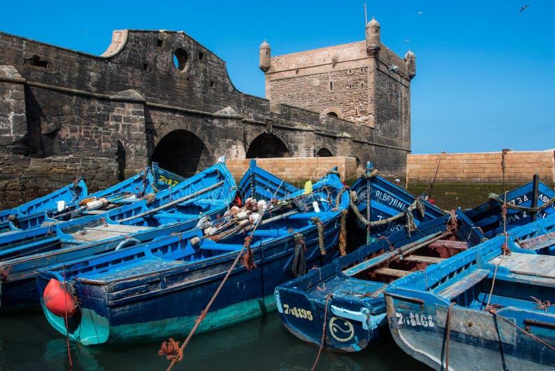 Blåa fiskebåtar i Essaouira port, Marocko royaltyfria bilder