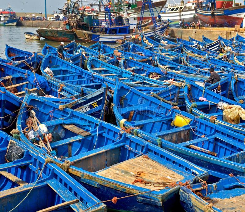 Blåa fiskebåtar i porten av Essaouira, Marocko arkivfoton