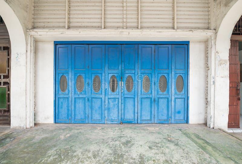 Blåa gamla dörrar arkivbilder