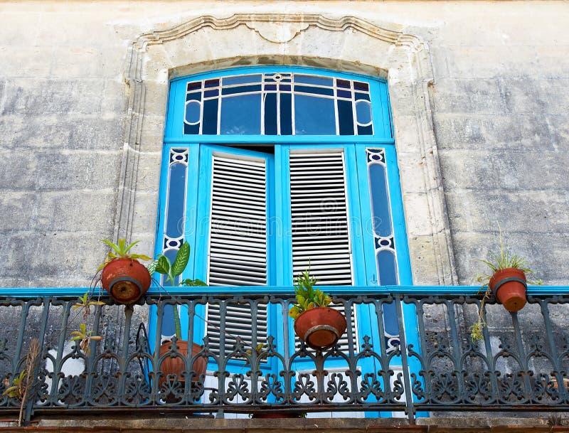 blåa gammala växtkrukar för balkong arkivbild