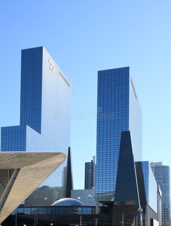 Blåa glass skyskrapor i holländsk stad av Rotterdam arkivbilder