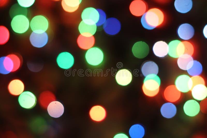 Blåa, gröna, röda och vita signaler för abstrakt ljusbokeh på svart bakgrund arkivbild
