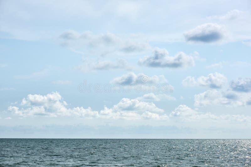 Blåa hav och moln på himmel royaltyfria bilder