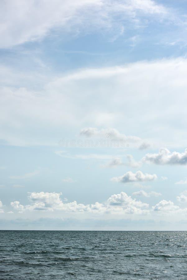 Blåa hav och moln på himmel arkivbilder