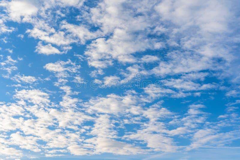 Blåa himlar med dramatiskt molnbildande på Sunny Winter Day - abstrakt begrepp royaltyfria bilder