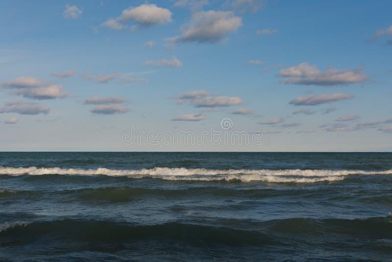 Blåa himlar och moln över Lake Michigan arkivbild
