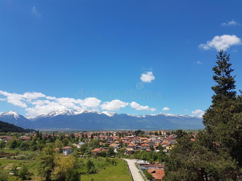 Blåa himlar ovanför byn arkivbilder