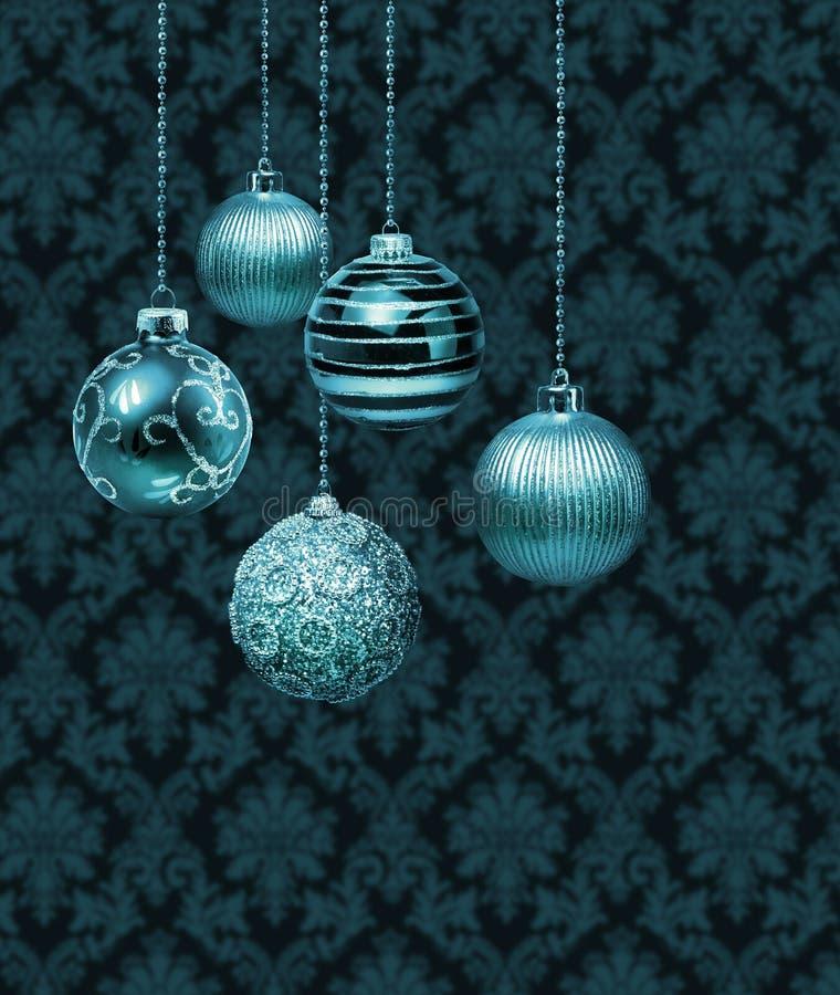 Blåa julbollar för silver royaltyfria foton