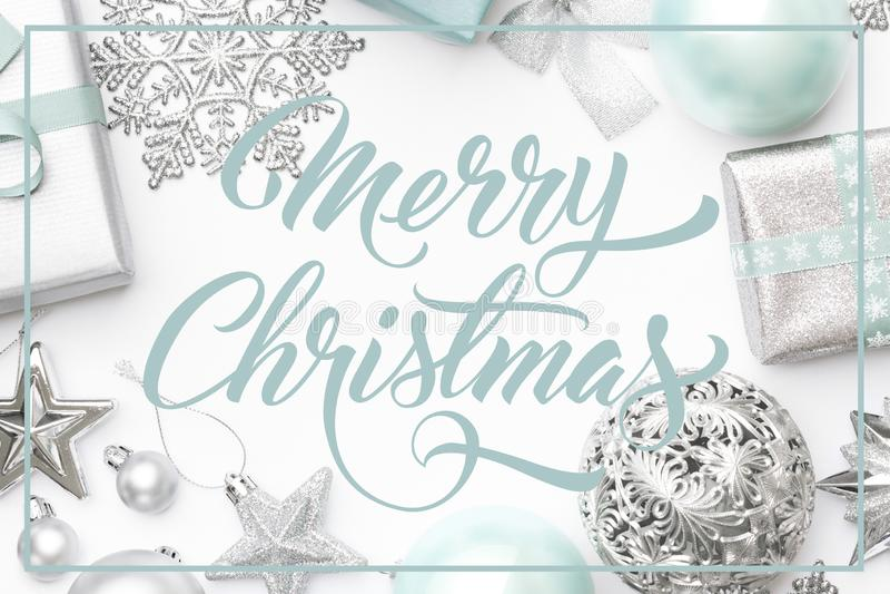 Blåa julgåvor för silver och för pastell, prydnader och garneringar som isoleras på vit bakgrund bakgrundskanten boxes vita guld- royaltyfria foton