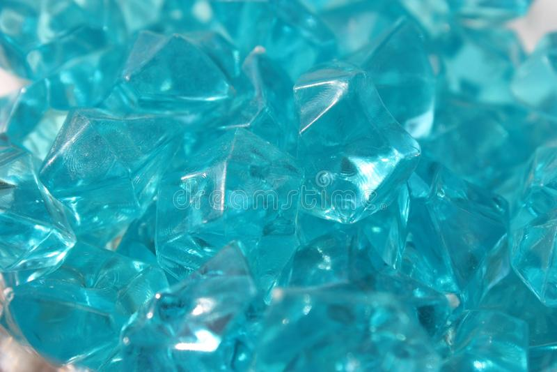 Blåa kristaller av exponeringsglas arkivfoto