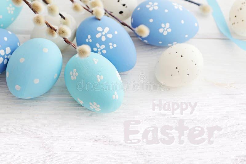 Blåa kulöra easter ägg på den vita träbakgrunden arkivfoton