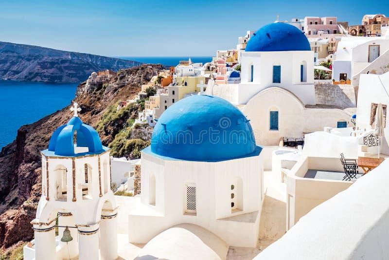 Blåa kupoler av Santorini royaltyfri fotografi