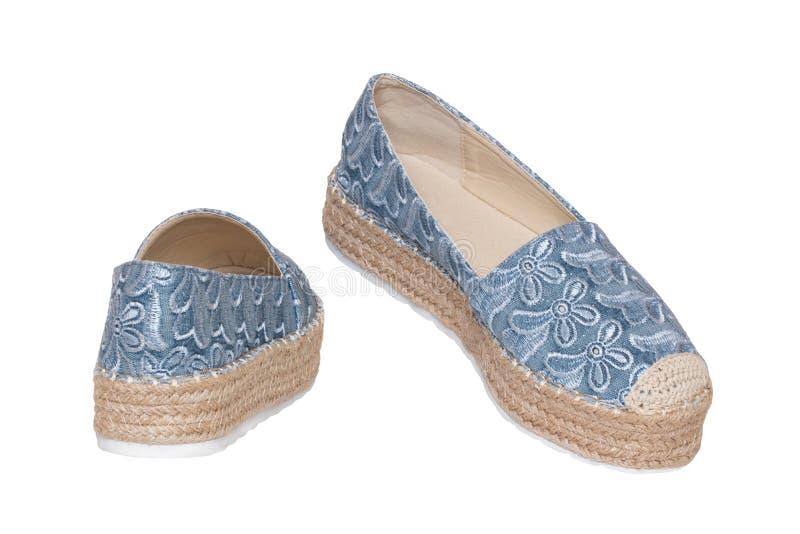 Blåa kvinnaskor isolerade Closeup av blåa eleganta kvinnliga skor för ett par för kvinnor som isoleras på en vit bakgrund Kvinnor royaltyfria foton