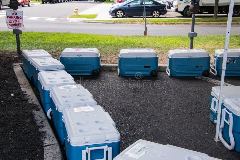 Blåa kylare med uppställd vit blast som fodras arkivbild