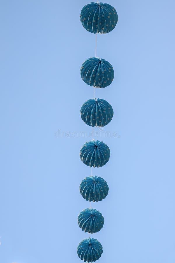 Blåa lampions på klar blå himmel arkivbild