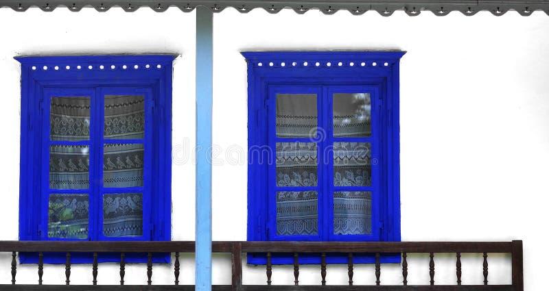 Blåa lantliga traditionella fönster royaltyfri fotografi
