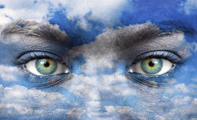 Blåa mänskliga ögon med himmelmodellen royaltyfria foton