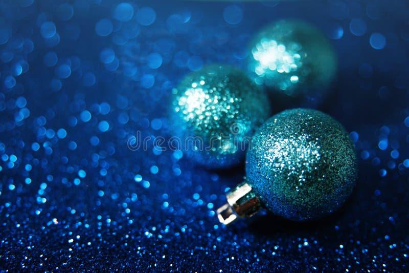 Blåa mousserande julbollar arkivfoton