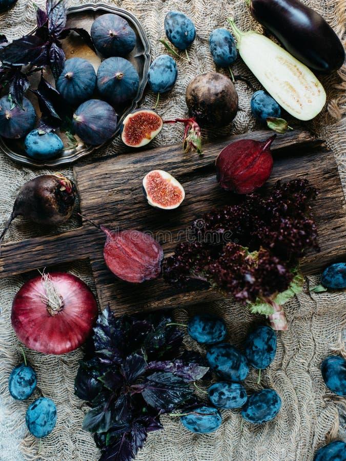Blåa och purpurfärgade frukter och grönsaker royaltyfri foto