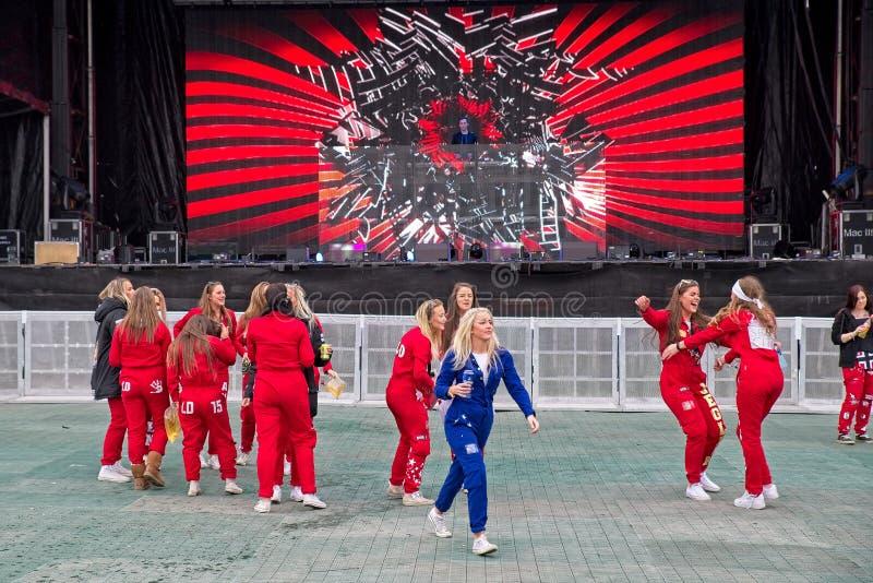 Blåa och röda Russ som är klar för parti på den Fredriksten slotten i Halden Norge royaltyfri fotografi