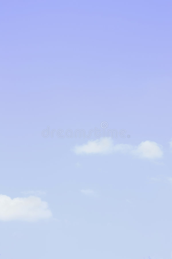 blåa oklarheter tänder över den små skyen royaltyfri bild