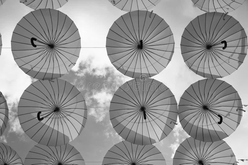 Blåa paraplyer svävar i himmel på solig dag Installation för paraplyhimmelprojekt Ferie- och festivalberöm Skugga och fotografering för bildbyråer
