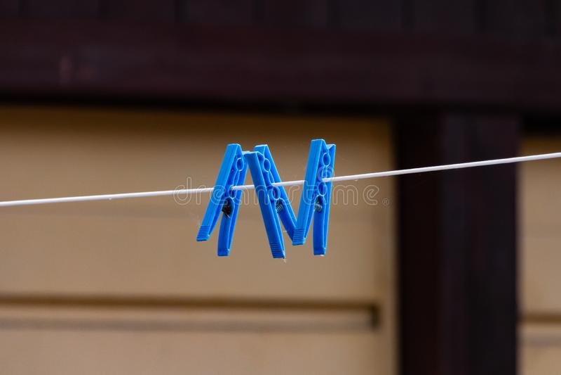 Blåa pinnor på en tvättande linje royaltyfri fotografi