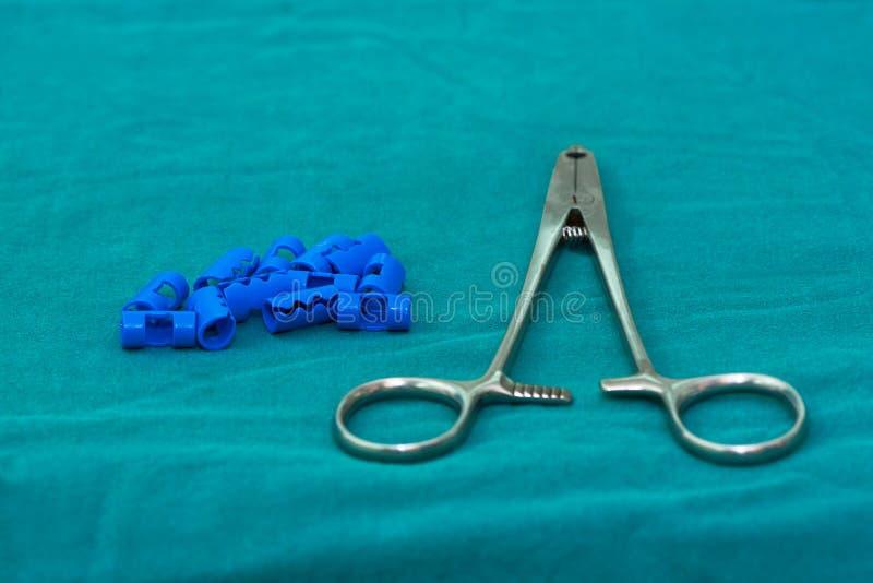 Blåa plast- kirurgiska gem och den rostfria applieren för skalperar hemo arkivbilder