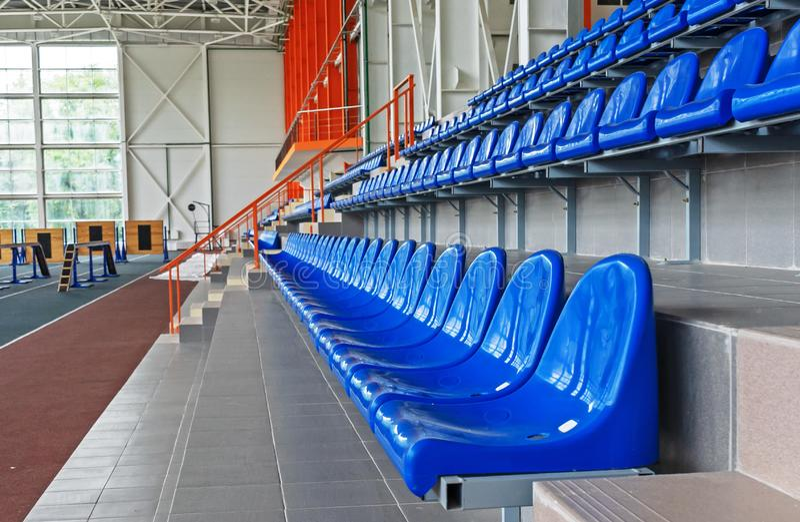 Blåa plast- platser i stadion Tribunfans Platser för åskådare i stadion fotografering för bildbyråer