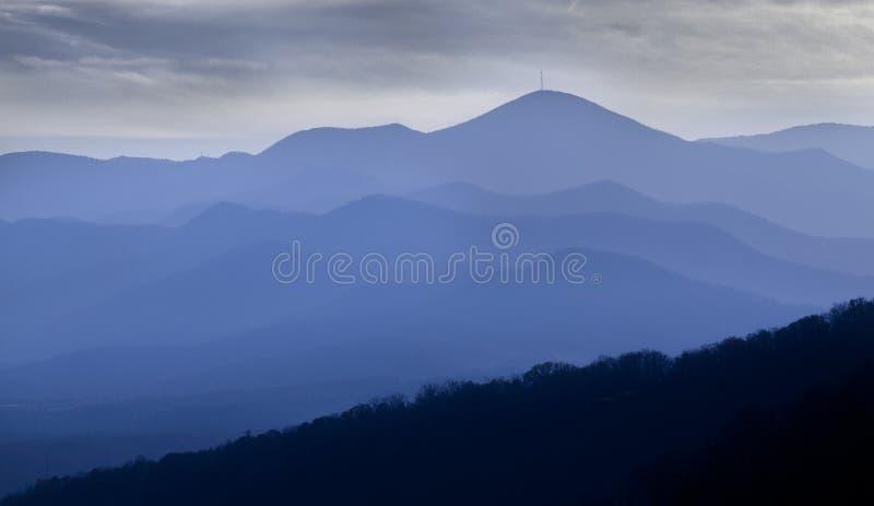 Blåa Ridge Mountains av North Carolina med dramatisk himmel royaltyfria bilder