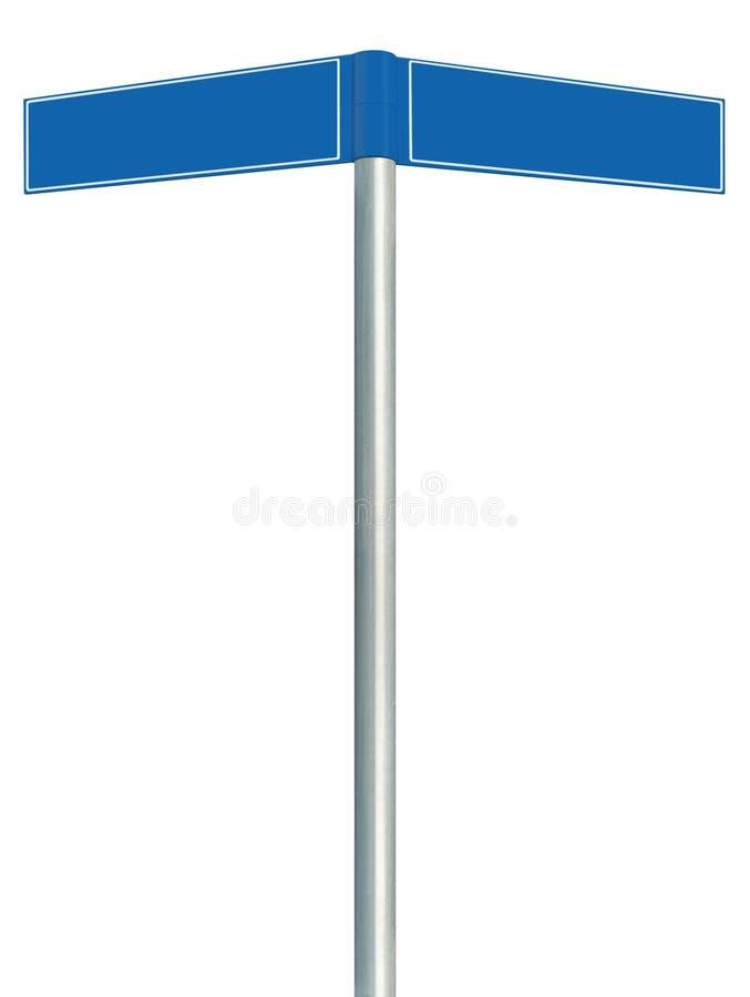 Blåa riktningsvägmärken, två tomma tomma vägvisaresignages, isolerat riktningsutrymme för kopia för vägrenguidepostpekare royaltyfria foton