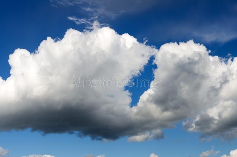 Blåa skys och vitmoln royaltyfri foto