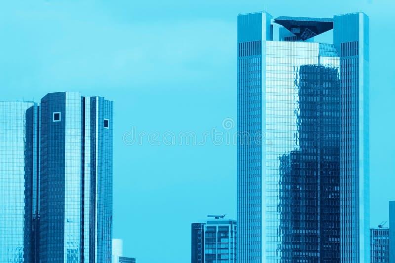blåa skyskrapor fotografering för bildbyråer