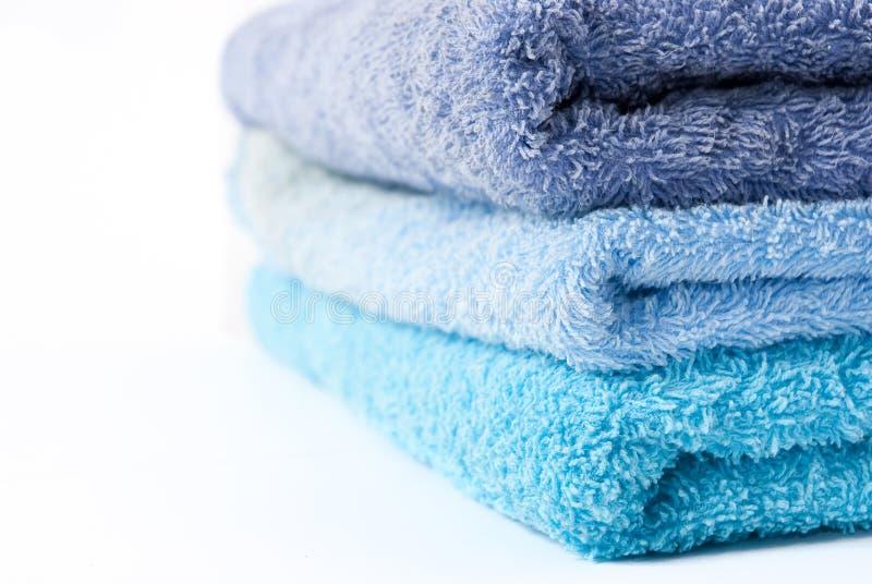 blåa staplade handdukar arkivfoto