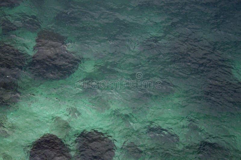 Blåa stenar för havsvatten arkivbilder