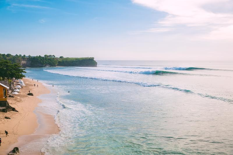 Blåa stora vågor för att surfa i Bali och strand r royaltyfri bild