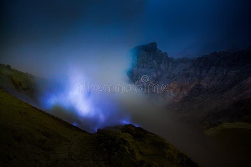 Blåa svavelflammor, Kawah Ijen vulkan royaltyfria bilder